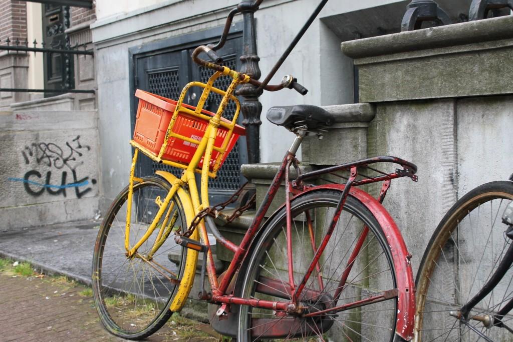 Fahrrad mit großem Korb in einer Stadt