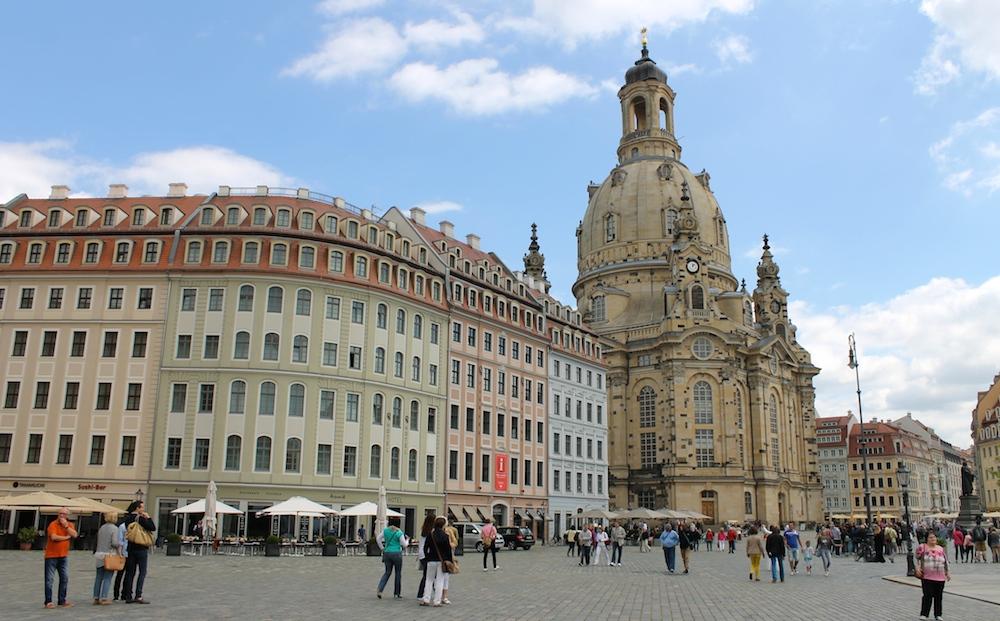 Frauenkirche Dresden mit Häuserfasade