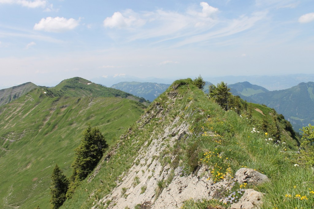 Schmaler Wanderweg auf dem Grad der Berge