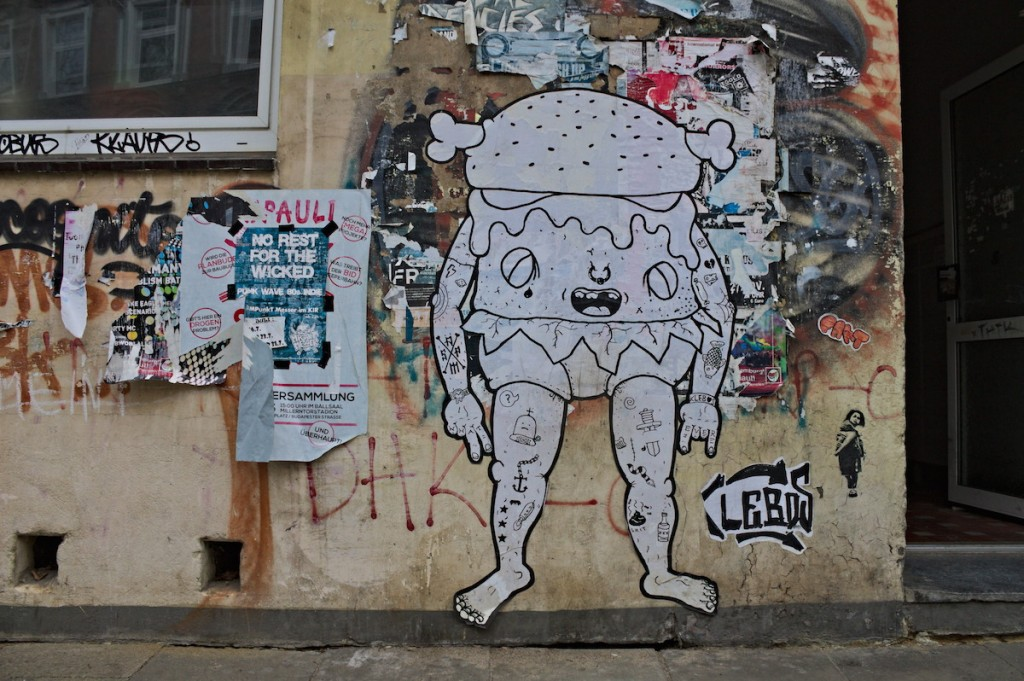 Street Art im Hausdurchgang