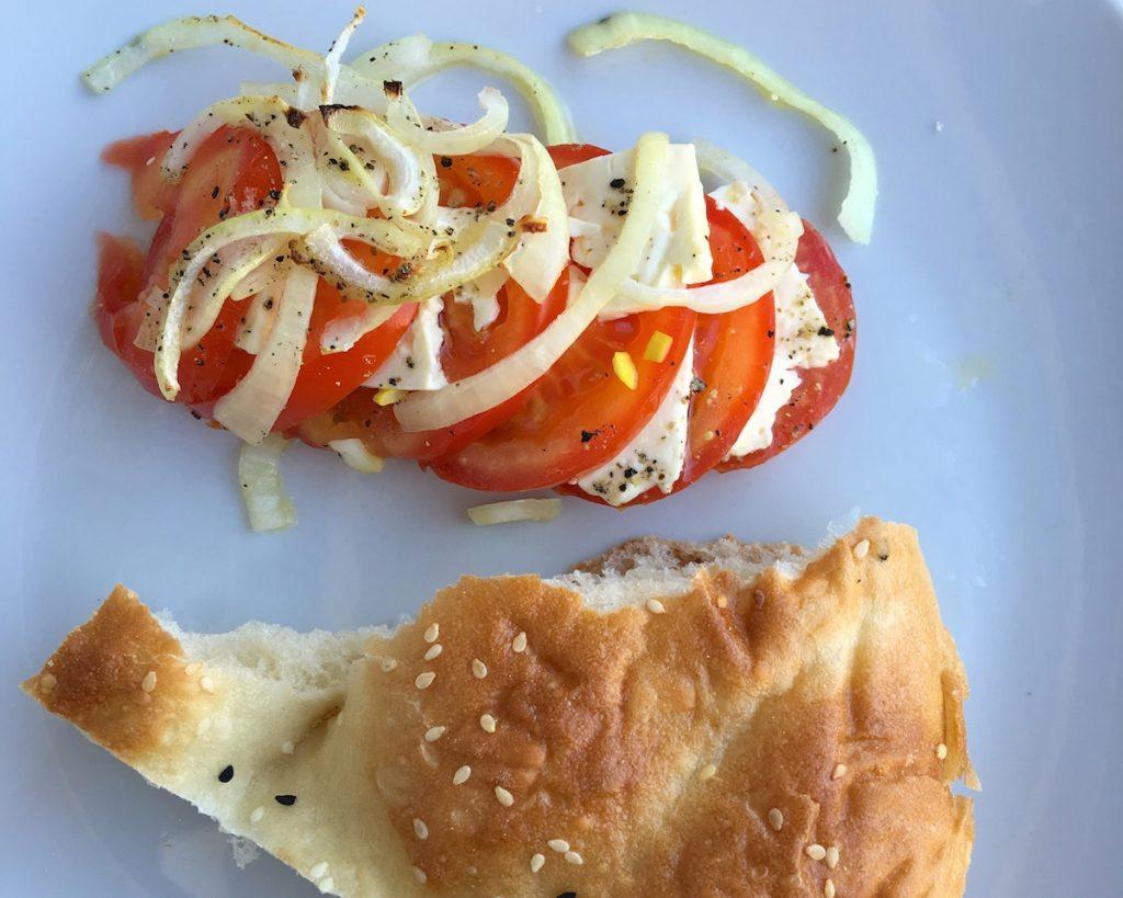 Tomaten mit Feta und Fladenbrot