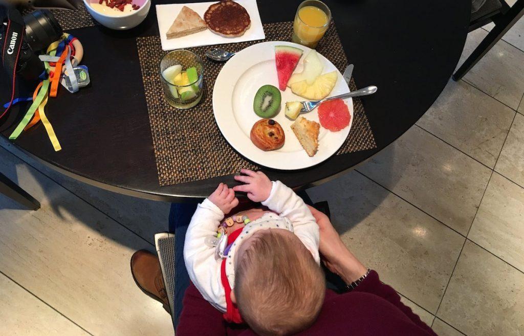 Hotelfrühstück mit Baby