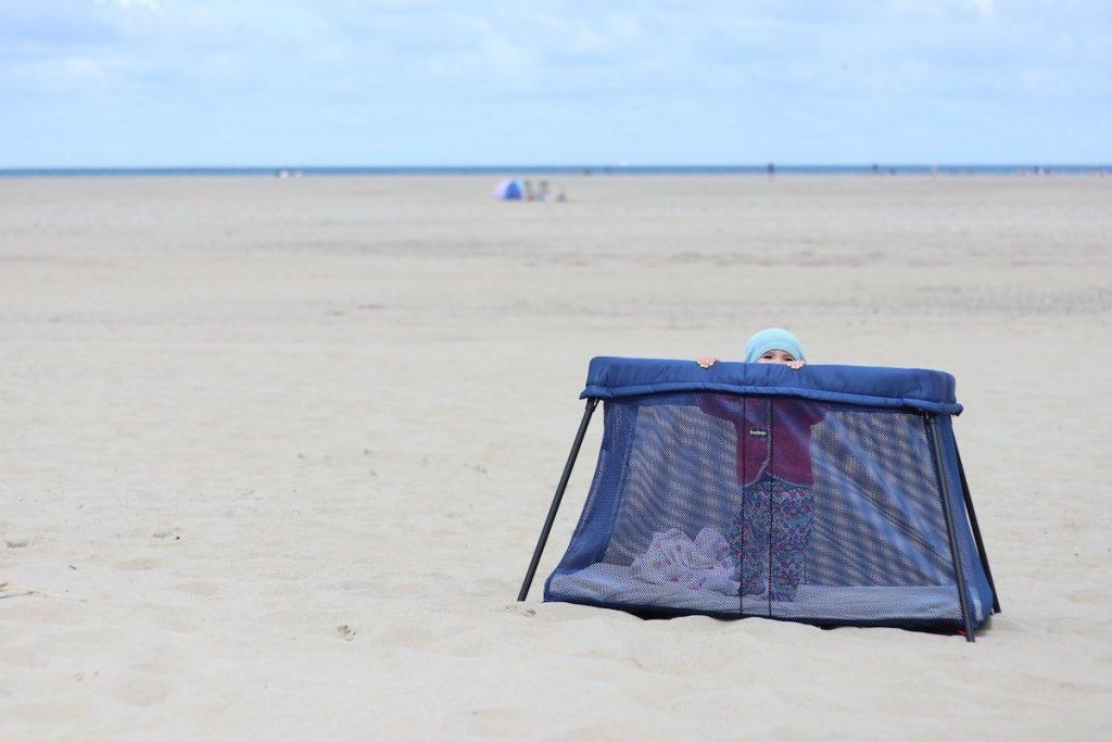 Baby am Strand Niederlande