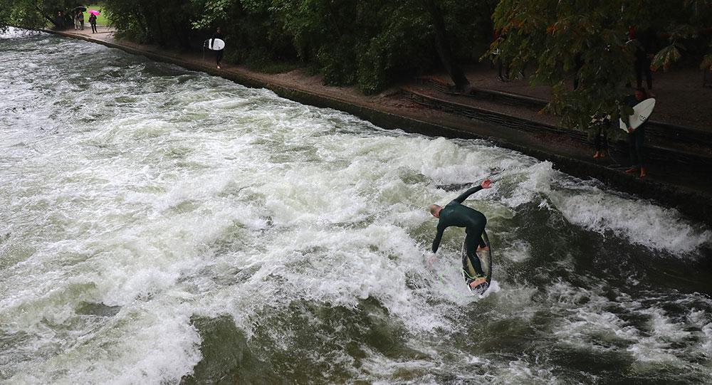 München zu Fuß erkunden Eisbach Surfer