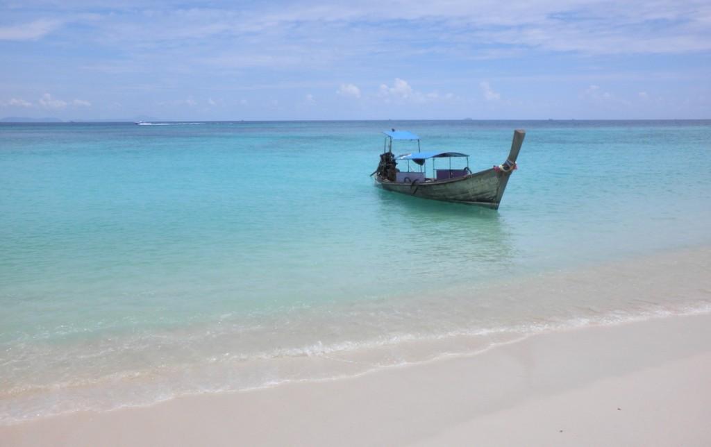 Boot im glasklaren Meer in Thailand