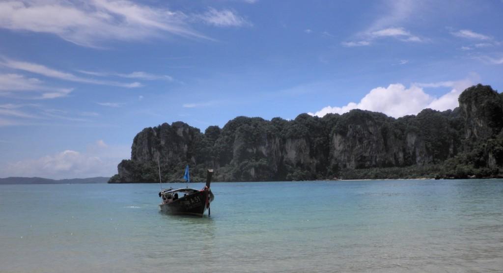 ein Boot im Meer am Railay Beach in Thailand