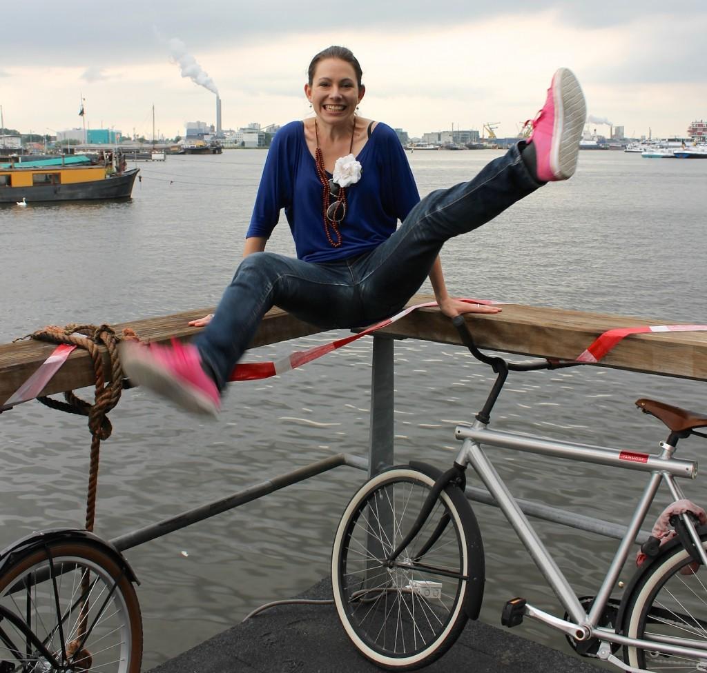 Fahrrad und Frau im Hafen von Amsterdam