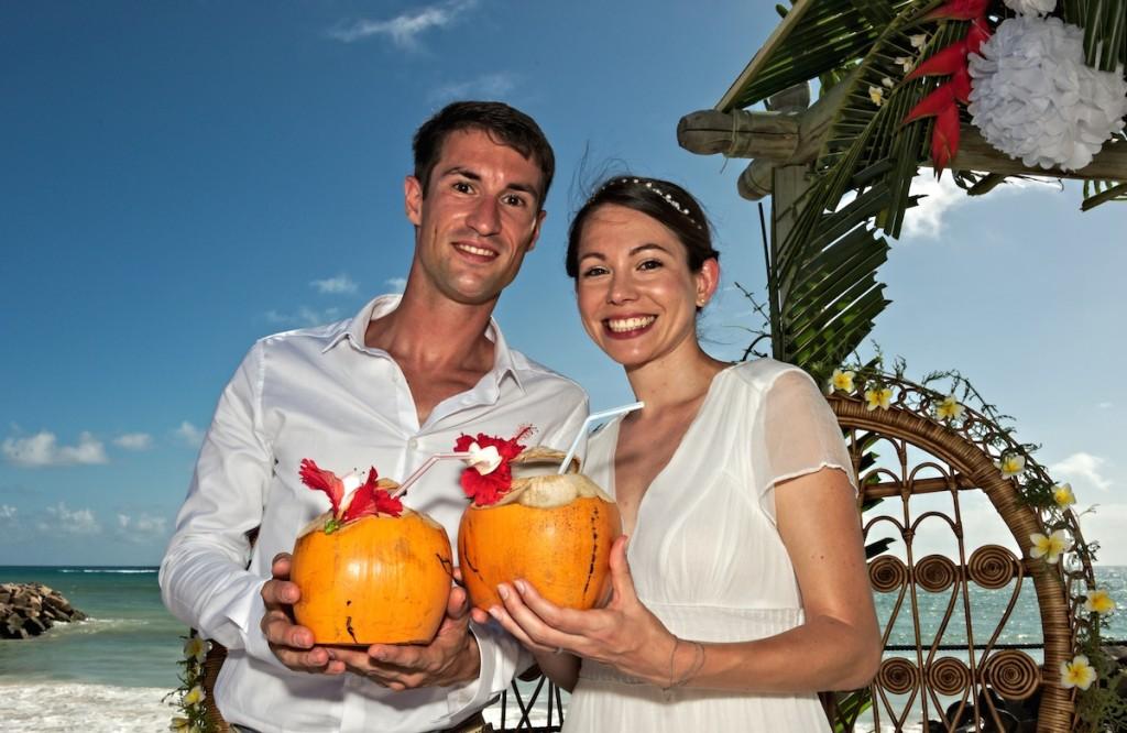 Brautpaar mit Kokosnuss