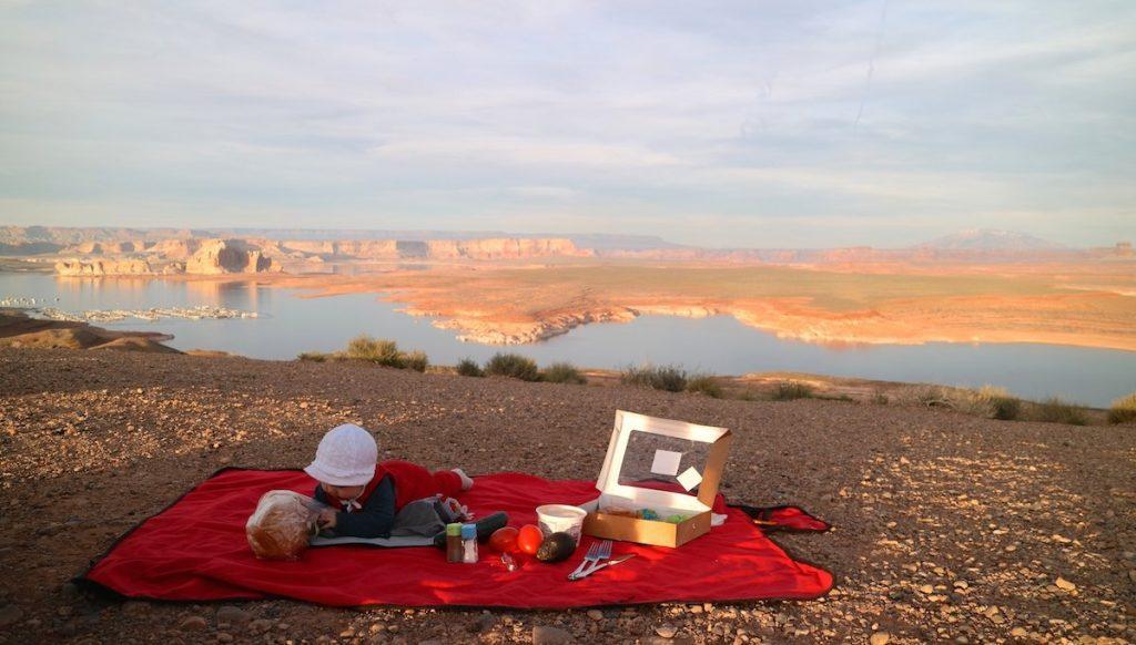 Picknickdecke ist ein Must-have im Urlaub mit Baby