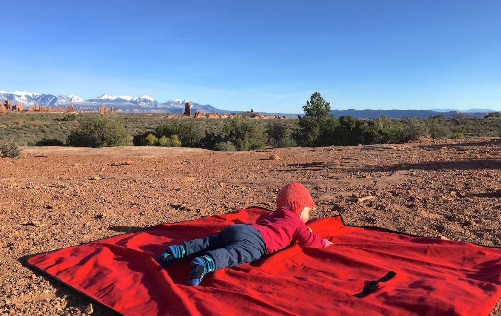 Picknickdecke auf der Urlaubs Packliste fürs Baby