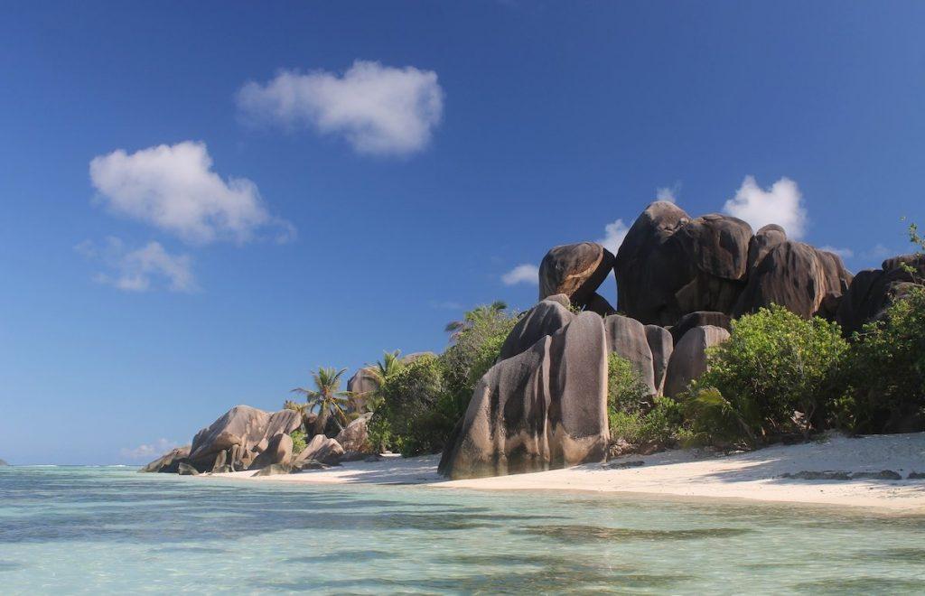 Heiratsantrag auf Reise am romantischsten Strand